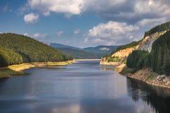 Ajardine com lago Oasa no Romanian Carpathians, Transalpina Foto de Stock