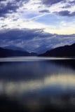 Ajardine com lago Vidraru da represa em montanhas romenas, nos wi Foto de Stock Royalty Free