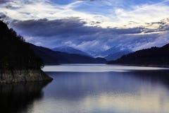 Ajardine com lago Vidraru da represa em montanhas romenas, nos wi Fotografia de Stock
