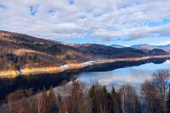 Ajardine com lago Vidraru da represa, em Romênia Foto de Stock Royalty Free