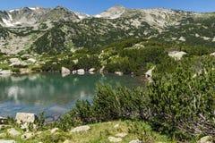 Ajardine com lagos Banski e pico pequeno de Polezhan, montanha de Pirin Imagem de Stock Royalty Free