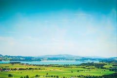 Ajardine com lagos, campos e o céu azul em Alemanha Foto de Stock