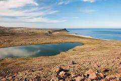 Ajardine com litoral do lago e do oceano, Westfjords, Islândia Fotos de Stock