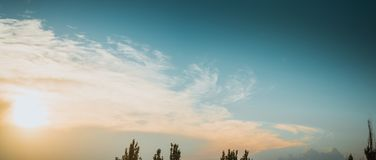 Ajardine com luz dramática - por do sol dourado bonito com céu e as nuvens saturados Imagem de Stock Royalty Free