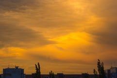 Ajardine com luz dramática - por do sol dourado bonito com céu e as nuvens saturados Fotografia de Stock Royalty Free