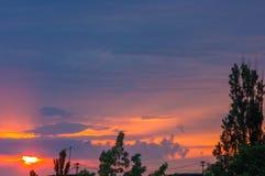 Ajardine com luz dramática - por do sol dourado bonito com céu e as nuvens saturados Fotografia de Stock