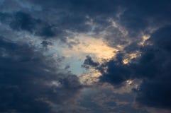 Ajardine com luz dramática - por do sol dourado bonito com céu e as nuvens saturados Foto de Stock Royalty Free
