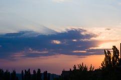Ajardine com luz dramática - por do sol dourado bonito com sentado Fotografia de Stock Royalty Free