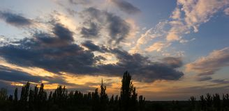 Ajardine com luz dramática - por do sol dourado bonito com sentado Imagem de Stock Royalty Free