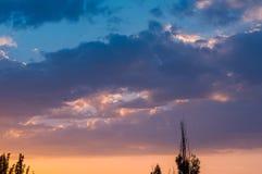 Ajardine com luz dramática - por do sol dourado bonito com sentado Fotos de Stock Royalty Free