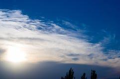 Ajardine com luz dramática - por do sol dourado bonito com sentado Imagens de Stock Royalty Free
