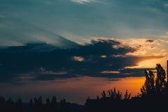 Ajardine com luz dramática - por do sol dourado bonito com sentado Foto de Stock Royalty Free