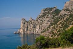 Ajardine com mar e rochas - Novy Svet Foto de Stock Royalty Free