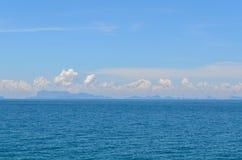 Ajardine com mar, nebuloso e montanha sob o céu azul em t Foto de Stock