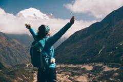 Ajardine com menina feliz, montanhas, céu azul com nuvens Imagens de Stock Royalty Free