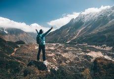 Ajardine com menina feliz, montanhas, céu azul com nuvens Imagem de Stock Royalty Free