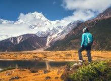 Ajardine com menina, rochas altas com picos nevado Imagens de Stock