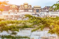 Ajardine com monastério e o lago tibetanos em Zhongdian city2 JP Foto de Stock