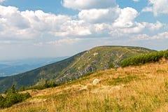 Ajardine com montanha e as nuvens agradáveis em Krkonose Fotos de Stock Royalty Free