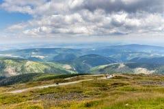 Ajardine com montanha e as nuvens agradáveis em Krkonose na república checa Fotos de Stock Royalty Free