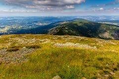 Ajardine com montanha e as nuvens agradáveis em Krkonose na república checa Fotos de Stock