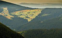 Ajardine com montanha e as nuvens agradáveis em Krkonose na república checa Fotografia de Stock