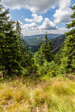 Ajardine com montanha e as nuvens agradáveis em Krkonose na república checa Fotografia de Stock Royalty Free