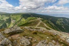 Ajardine com montanha e as nuvens agradáveis em Krkonose na república checa Imagens de Stock