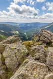 Ajardine com montanha e as nuvens agradáveis em Krkonose na república checa Imagens de Stock Royalty Free