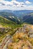 Ajardine com montanha e as nuvens agradáveis em Krkonose na república checa Imagem de Stock Royalty Free