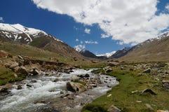 Ajardine com montanha, rocha e córrego em Ladakh, Índia Foto de Stock