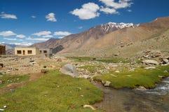 Ajardine com montanha, rocha e córrego em Ladakh, Índia Imagem de Stock Royalty Free