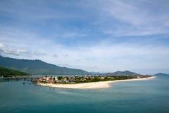 Ajardine com montanhas e nuble-se a baía de Lang Co & o x28; Matiz de Thua Thien, Vietnam& x29; Fotos de Stock