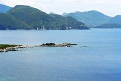 Ajardine com montanhas e o mar azul em Grécia Imagem de Stock