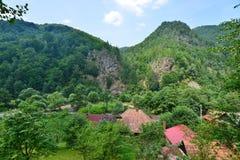 Ajardine com montanhas e telhados da casa de campo em Valea Ierii Fotos de Stock Royalty Free
