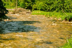 Ajardine com montanhas e um rio na parte dianteira Imagem de Stock