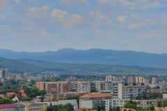 Ajardine com montanhas e vizinhança de Grigorescu de Cluj-Napoca Imagem de Stock Royalty Free