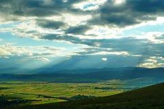 Ajardine com montanhas, floresta e prado 2 Fotografia de Stock