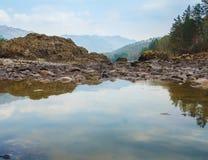 Ajardine com montanhas, floresta e um rio na parte dianteira Cenário bonito Imagem de Stock Royalty Free