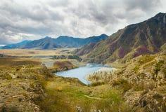 Ajardine com montanhas, floresta e um rio na parte dianteira Cenário bonito Imagens de Stock