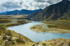 Ajardine com montanhas, floresta e um rio na parte dianteira Cenário bonito Foto de Stock Royalty Free