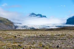 Ajardine com montanhas, geleira e nuvem, Islândia Fotografia de Stock Royalty Free