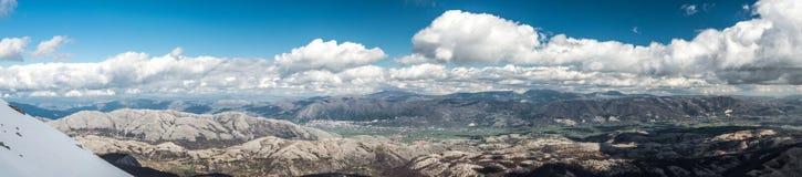 Ajardine com montanhas, neve e o céu azul Fotos de Stock