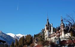Ajardine com montanhas neve-tampadas, palácio de Peles, céu azul e Imagens de Stock Royalty Free