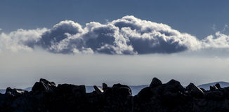 Ajardine com montanhas, o céu azul e as nuvens Imagem de Stock Royalty Free