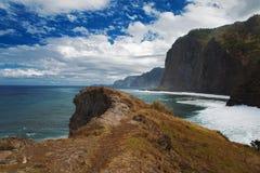 Ajardine com montanhas, o Oceano Atlântico e o céu Fotografia de Stock Royalty Free