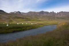 Ajardine com montanhas, rio e monte de feno, Islândia Imagens de Stock Royalty Free