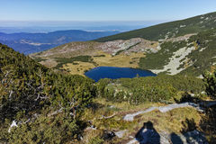 Ajardine com montes verdes e lago Yonchevo, Bulgária Imagem de Stock Royalty Free