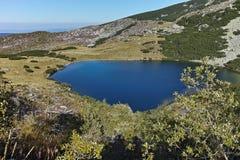 Ajardine com montes verdes e lago Yonchevo, Bulgária Fotos de Stock