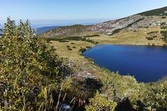Ajardine com montes verdes e lago Yonchevo, Bulgária Imagens de Stock